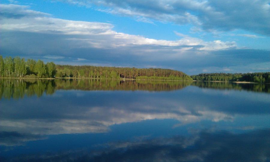 В реку смотрятся облака